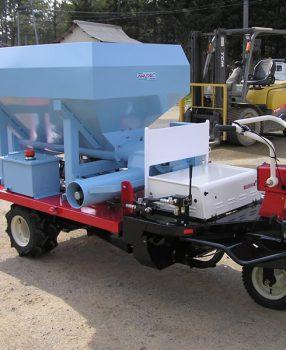 運搬車搭載エンジン式配餌車
